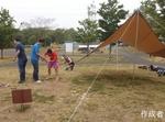 小雨がパラつくなか、テント設置からBBQの開始です。盛り上がっていきましょ~。