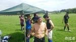 暑いのでテントをはりました。亀さんのお子さんも手伝ってくれました。