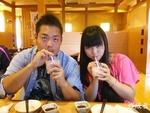 二人が飲んでいる飲み物は実は別のものです。イチゴミルクとカシスミルクです。どっちがどっちかわかりますか?