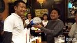 結婚式を挙げたばかりの小川さんには寄せ書きボールの贈呈。