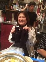 順子さんにはゴージャスなラメ入りのニットとグローブです。