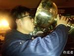 コスモキャプテンのツボさん。優勝の美酒を優勝カップでグビリ。