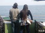 水平線をみている二人。海の向こうには何が見えるのでしょうか。